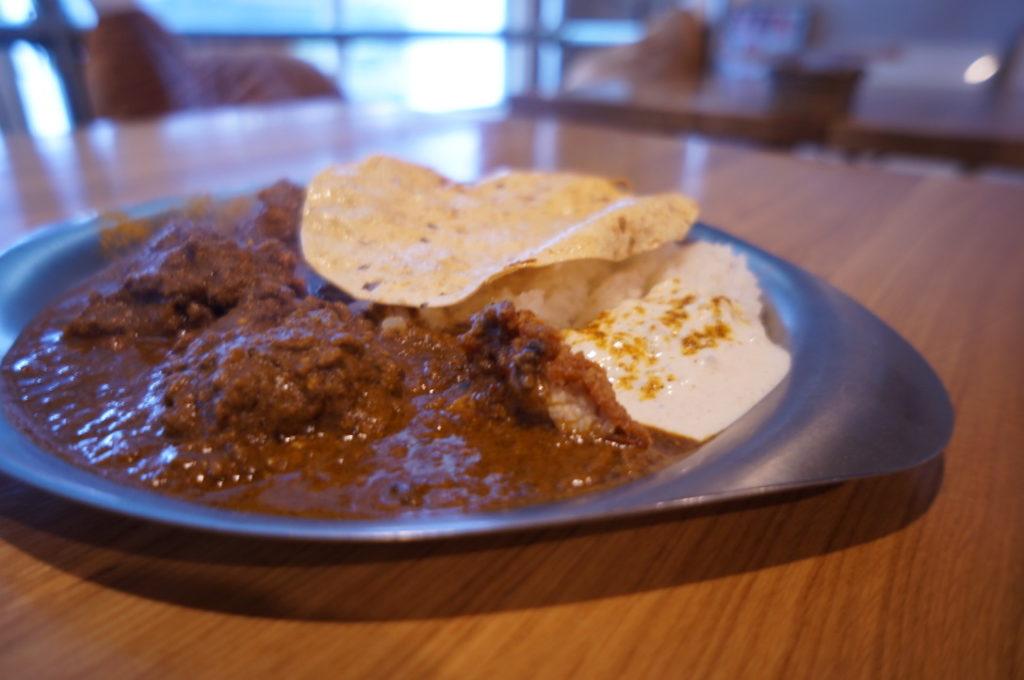 トリ風土研究所 燻製醤油につけ込んだ唐揚げとたっぷり挽肉チキンキーマカレー
