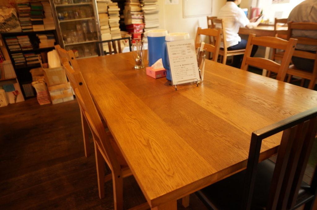 谷口カレー 広々としたテーブル席