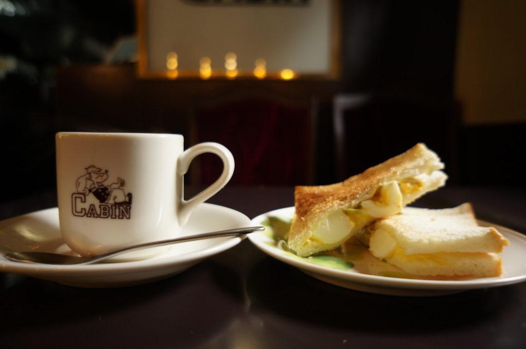 キャビンのコーヒーとパン