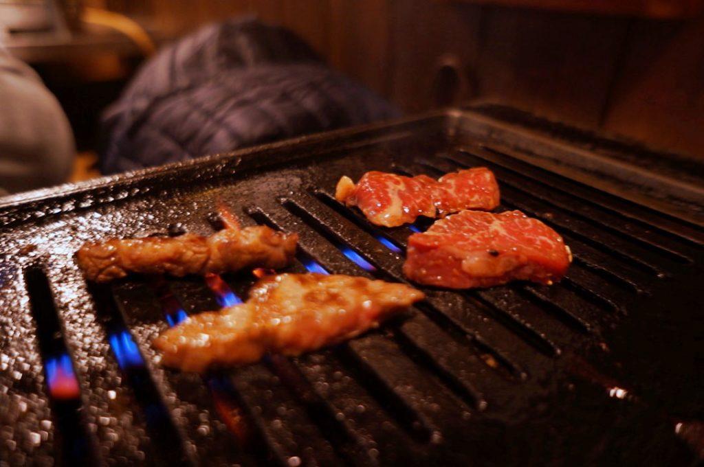 焼肉亀田で肉を焼く図