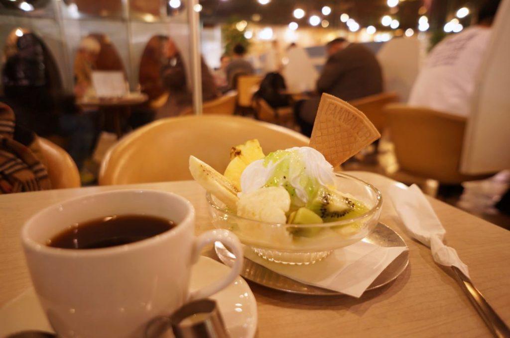 マヅラ喫茶店のホットコーヒーとクリームサンデー
