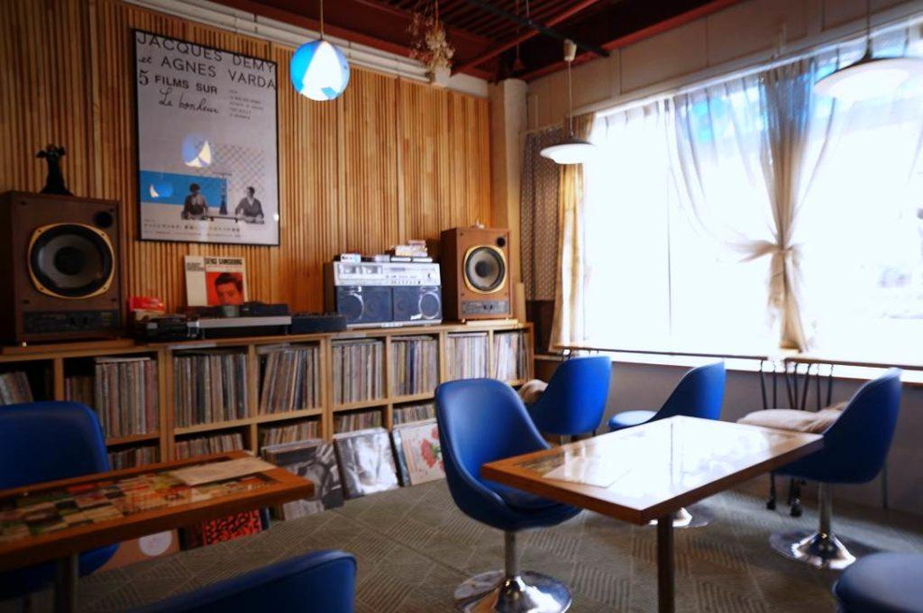 喫茶アオツキの店内