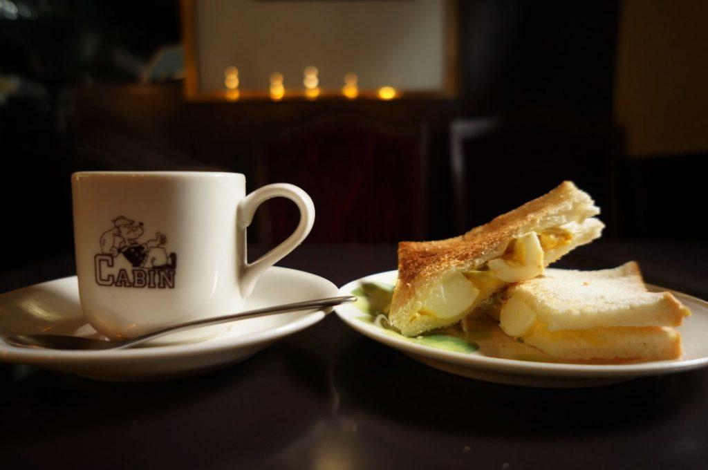 キャビンのトーストとコーヒー