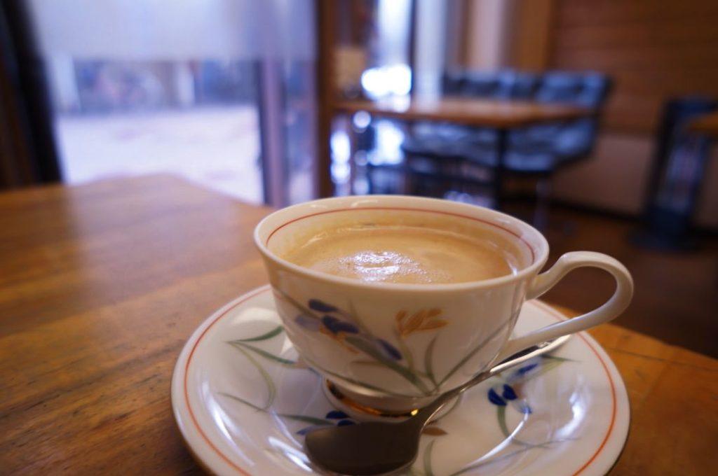 喫茶バンビのホットアーモンドラテ