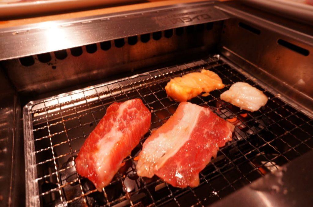 お肉を焼いている様子