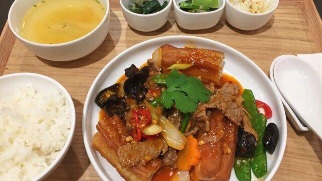 食習の牛肉と揚げパンの辛み炒め定食