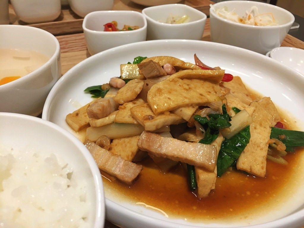 食習の豚肉と干し豆腐の炒め定食